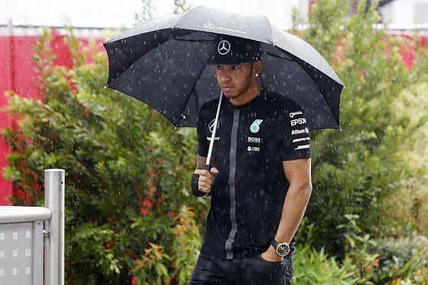 F1-2015-AUSTIN-LEWIS-HAMILTON-attend-patiemment-sous-la-pluie-le-debuit-de-la-seance-des-qualufications