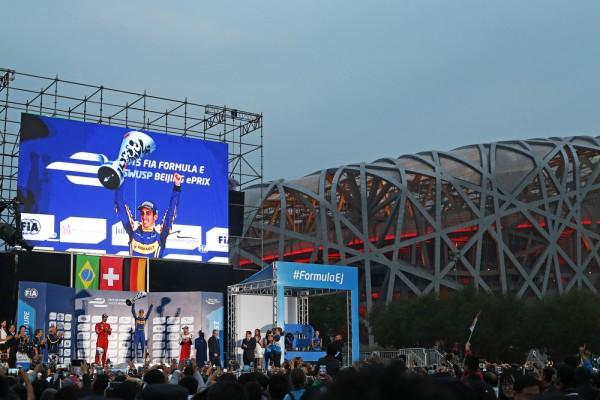 FORMULE E 2015 PEKIN LE PODIUM avec BUEMI DI GRASSI et HEIDFELD a cote du Stade Olympique