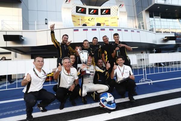 GP2-2014-SOTCHI-equipe-DAMS-fete-le-titre-2014-de-Jolyon-PALMER-le-samedi-11-octobre.