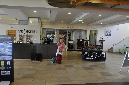 HOTEL-V8-La-RECEPTION