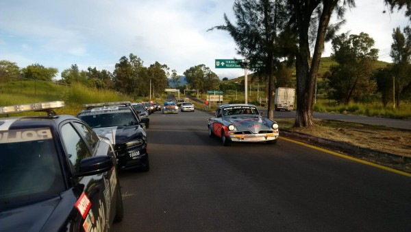 PANAMERICANA-2015-L-une-des-STUDEBAKER-dans-le-trafic