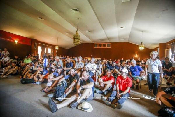 RALLYE-OLILYBIA-DU-MAROC-2015-Dimanche-4-seprembre-le-traditionnel-briefing-des-concurrents-Photo-Alain-ROSSIGNOL