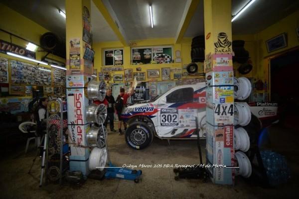 RALLYE-OLILYBIA-DU-MAROC-2015-Ultimes-préparations-dans-un-garage-de-ZAGORA-Photo-Alain-ROSSIGNOL.