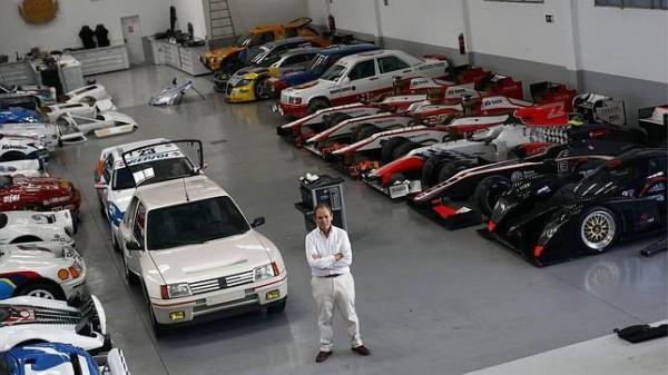 TEO-MARTIN-pose-devant-sa-collection-de-voitures-de-course.