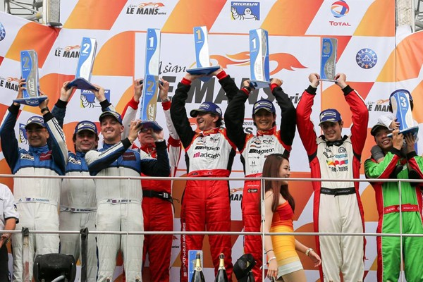 ASIAN-LE-MANS-SERIES-2015-SEPANG-PODIUM-POUR-LE-TEAM-RACE-PERFORMANCE-avec-lOreca-03-R-Niki-Leutwiler-et-Shinji-Nakano