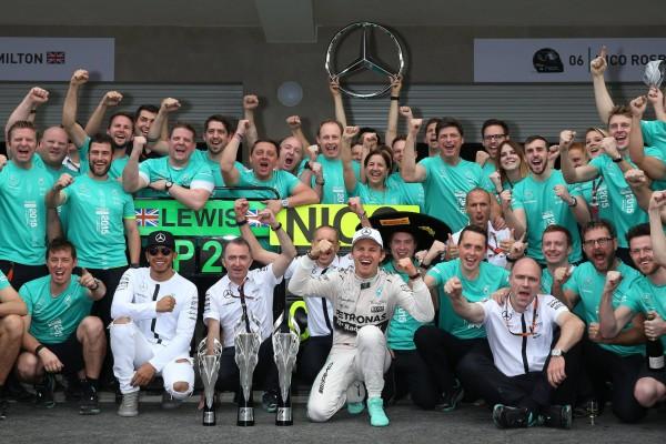 F1 2015 MEXICO LEQUIPE MERCEDES fete sa victoire et son doublé avec ROSBERG et HAMILTON.