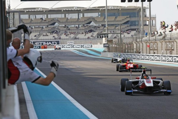 GP3 2015 YAS MARINA -Esteban OCON franchit la ligne en 3éme position de la derniére course et devient CHAMPION.