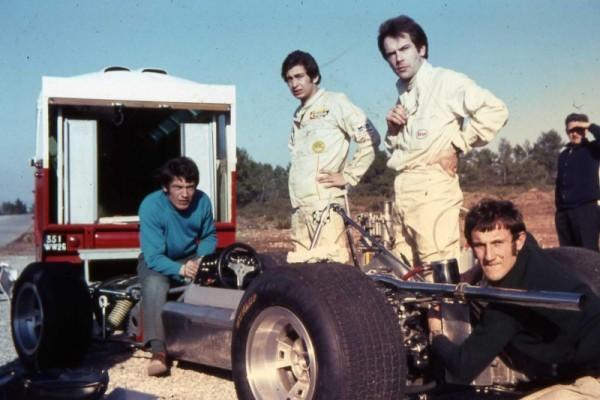 GRAC Max Jean et Philippe Vidal contemplent la GRAC MT7-001 Formule 3 pendant les premiers essais sur le circuit du Luc en fevrier 1969 Photo Gerard GAMAND.
