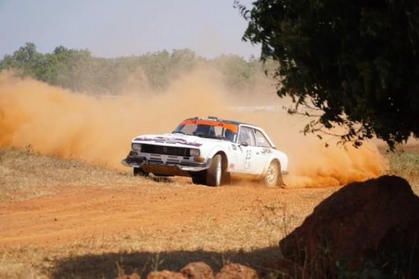 SAFARI-HISTORIQUE-2015-La-PEUGEOT-504-COUPE-du-Team-FYL-de-François-LETHIER-et-Arnaud-DEBON
