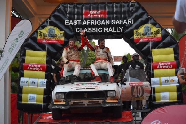 SAFARI-KENYA-2015-6-La-504-Coupé-PEUGEOT-de-léquipe-FYL-de-François-LETRHIER-et-Arnaud-DEBRON-est-à-larrivée-à-MOMBASSA