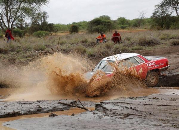 SAFARI-KENYA-2015-AMBIANCE-avec-le-passage-d-un-gue-pour-la-MERCEDES-500SL