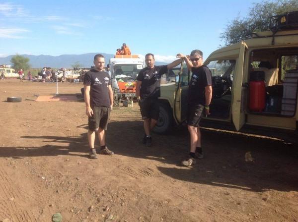 SAFARI-KENYA-2015-Les-staff-assistance-équipe-FYL-de-la-PEUGEOT-504-Coupé-de-LETHIER-DEBRON.
