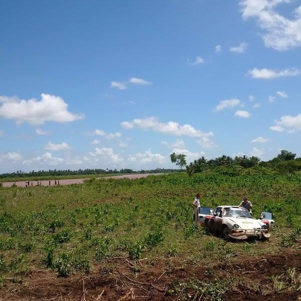 SAFARI-KENYA-2015-accident-pour-Gerard-Marcy-et-Eric-Gressens-avec-leur-Porsche-911