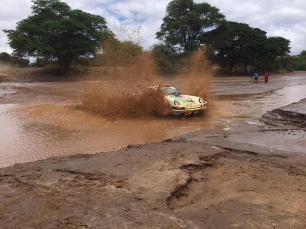 SAFARI-KENYA-CLASSIC-2015-PORSCHE-traversant-un-gue.