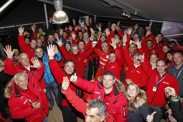 TROPHEE-ANDROS-2014-2015-VAL-THORENS-Le-Team-MAZDA-France-fete-sa-1ére-victoire-avec-Jean-Philippe-DAYRAUT-Photo-Bernard-BAKALIAN.