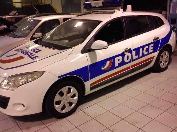 Une-voiture de police equipee de vitres teintées