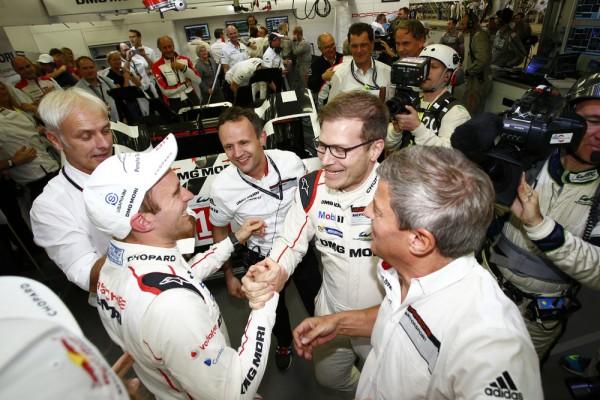 WEC-2015-BAHREIN-Porsche-Team-Timo-Bernhard-Alexander-Hitzinger-Directeur-Technique-LMP1-Andreas-Seidl-Team-Principal-Porsche-Team-Fritz-Enzinger-Vice-President-LMP1.