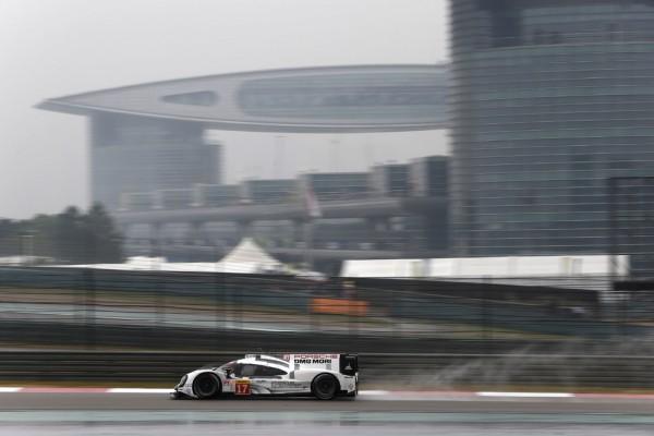 WEC-2015-Victoire-a-SHANGHAI-le-1er-novembre-de-la-PORSCHE-919-Hybrid-de-Timo-Bernhard-Brendon-Hartley-Mark-Webber.
