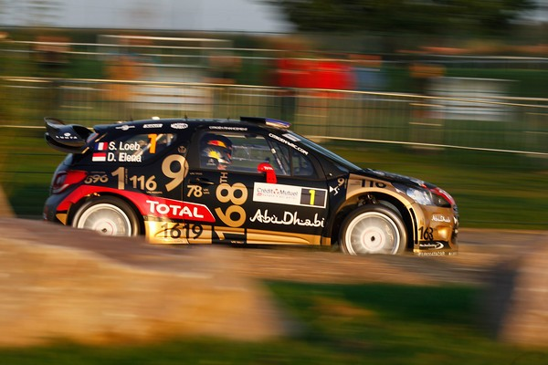 WRC-2013-ALSACE-La-DS3-CITROEN-de-LOEB-ELENA-AVEC-SA-DECORATION-HOMMAGE