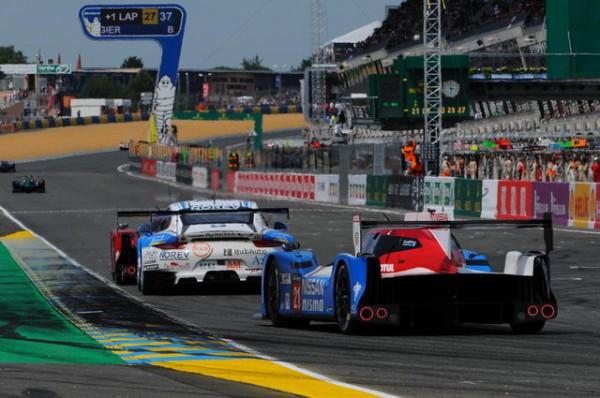 24-Heures-du-Mans-2015-Samedi-Nissan-21-dans-le-trafic-Photo-Patrick-Martinoli.