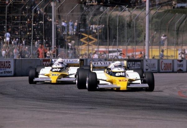 F1-1981-GP-de-LONG-BEACH-les-deux-RENAULT-de-PROST-et-de-Rene-ARNOUX-Photo-Bernard-BAKALIAN
