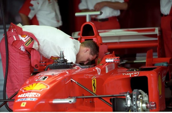 F1-Michael-SCHUMACHER-attentif-au-moindre-détail-©-Manfred-GIET.