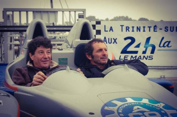 LE-MANS-PASSION-SHARE-16-Décembre-Port-de-la-TRINITE-sur-Mer-Ponton-Loic-CARADEC-Jean-LECAM-et-Yves-LE-VLEVEC-posent-dans-le-proto-PESCAROLO-de-l-ACO-Photo-Delphine