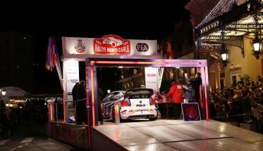 MONTE-CARLO-2015-Depart-de-MONACO-le-jeudi-22-janvier-La-VW-POLO-WRC-de-Seb-OGIER-et-Julien-INGRASSIA-sur-le-podium-depart-Photo-Jean-Francois-THIRY