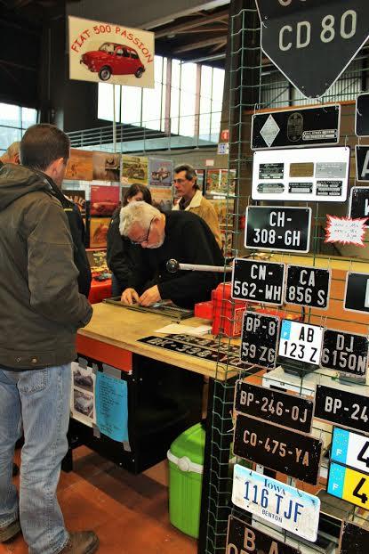 17ème-Puces-de-Nantes-Fabrication-sur-place-de-plaque-pour-les-autos-de-collection.-Photo-Emmanuel-LEROUX.
