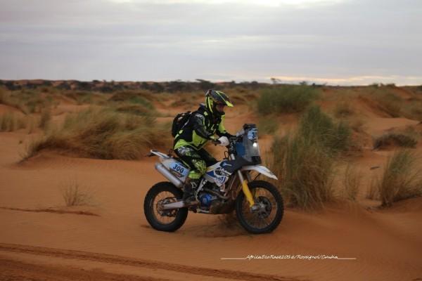 ON PEUT AUSSI FAIRE LE RAID A MOTO, LES AUTOS PRENNENT LES BAGAGES ET LES OUTILS...