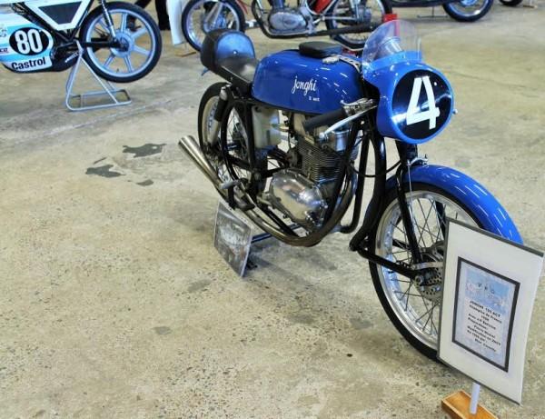 Affichage-de-17ème-Puces-de-Nantes-Moto-avec-laquelle-Jean-Pierre-BELTOISE-fut-Champion-de-France-en-1958-Photo-Emmanuel-LEROUX