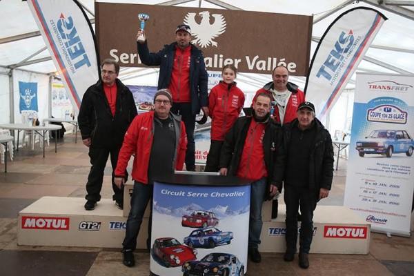 COUPE-104-ZS-REVIVAL-SERRE-CHEVALIER-Le-podium-avec-GAEtAN-DEMOULIN-et-les-trois-organisateurs-a-l-origine-de-ce-Trophee-Photo-Gilles-VITRY