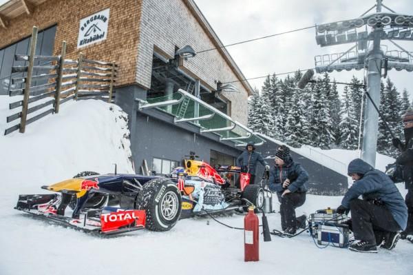F1-14-Janvier-2016-Une-monoplace-de-F1-avec-Max-VERSTAPPEN-sur-les-pistes-de-ski-de-KITZBUHEL-en-Autriche