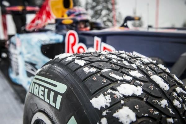 F1-14-Janvier-2016-Une-monoplace-de-F1-avec-Max-VERSTAPPEN-sur-les-pistes-de-ski-de-KITZBUHEL-en-Autriche-
