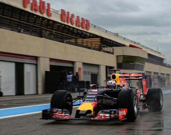 F1-2016-PAUL-RICARD-Essai-PIRELLI-Pneus-pluie-Lundi-25-Janvier-La-RED BULL RENAULT de Daniel RICCIARDO -Photo-Antoine-CAMBLOR