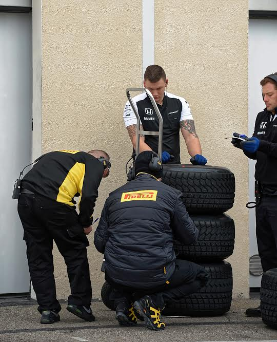 F1-2016-PAUL-RICARD-Essai-PIRELLI-Pneus-pluie-Lundi-25-Janvier-Les-pneumatiques-pour-McLAREN-Photo-Antoine-CAMBLOR.