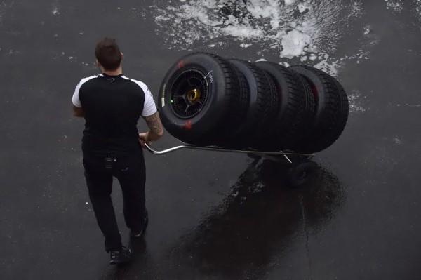 F1-2016-PAUL-RICARD-Essai-PIRELLI-Pneus-pluie-Lundi-25-Janvier-Les-pneumatiques-pour-la-McLAREN-HONDA-de-STOFFEL-VANDOORNE-Photo-Max-MALKA