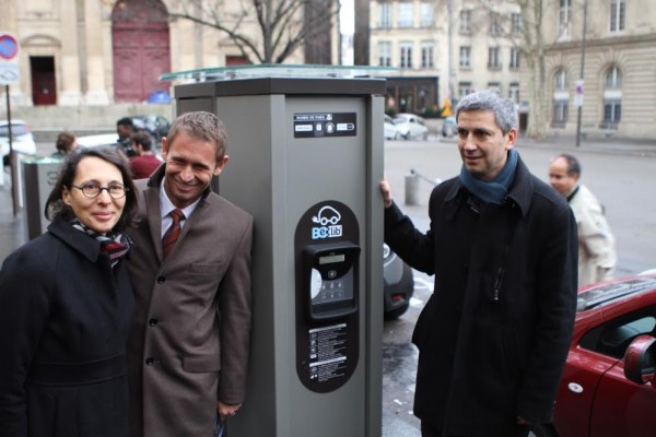 Le-trio-Ademe-Région-et-Ville-de-Paris-devant-la-première-borne-de-recharge-élecrique-universelle-Belib-sur-la-Place-Saint-Gervais.
