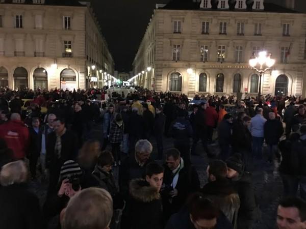 MONTE-CARLO-HISTORIQUE-2016-La-grande-foule-vendtedi-soir-29-janvier-pour-le-depart-de-REIMS