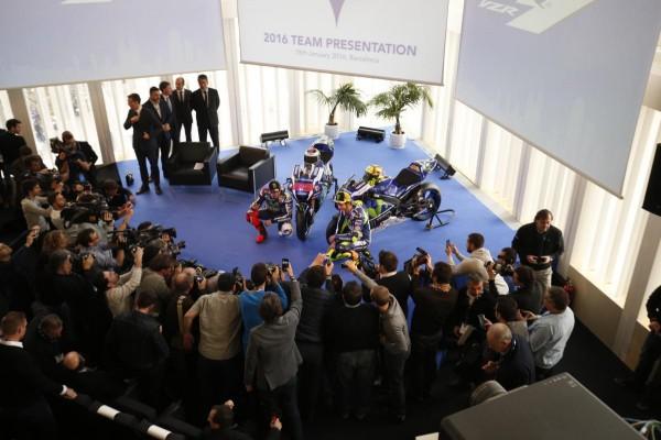 MOTO-2016-Lundi-18-Janvier-Présentation-a-BARCELONEdu-Team-YAMAHA-MOVISTAR-avec-Valentino-ROSSI-et-Jorge-LORENZO