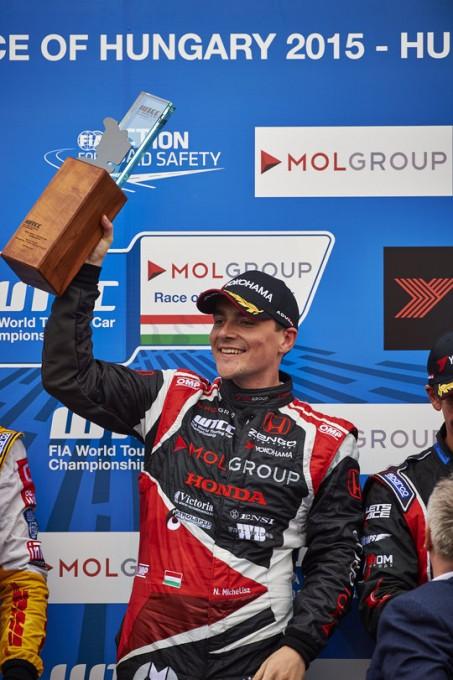 WTCC-2015-BUDAPEST-NORBERT-MICHELISZ-sur-la-plus-haute-marche-du-podium-de-la-seconde-course-le-2-Mai