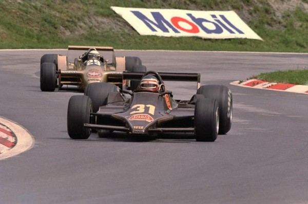 F1-1979-Hector-REBAQUE-Lotus-79-au-GP-dAutriche-en-1979-devant-Ricardo-PATRESE-lequel-le-remplacera-chez-Brabham-en-1982-©-Manfred-GIET