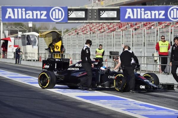 F1-2016-MONTMELO-23-février-Jenson-BUTTON-au-volant-de-la-McLAREN-Photo-Max-MALKA