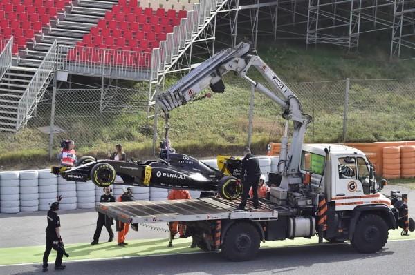F1-2016-MONTMELO-23-février-La-RENAULT-R16-rentre-avec-la-depanneuse-Photo-Max-MALKA