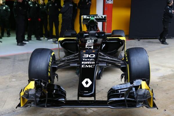 F1 2016 - MONTMELO - La nouvelle RENAULT devant son stand Lundi 22 fevrier sur le circuit de CATALUNYA