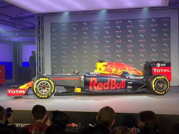F1-2016-Présentation-à-LONDRES-le-mercredi-17-fevrier-de-la-nouvelle-livrée-2016-des-RED-BULL