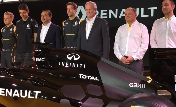 F1-2016-Présentation-Equipe-nouvelle-RENAULT-Carlos-GHOSN-Président-du-Groupe-entourant-les-nouveaux-pilotes-ainsi-que-Fred-VASSEUR-et-Cyril-ABITEBOUL