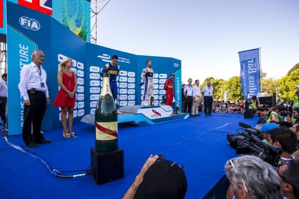 FORMULE-E-2016-Le-podium-a-BUENOS-AIRES-avec-le-vainqueur-Sam-BIRD-devant-BUEMI-et-di-GRASSI