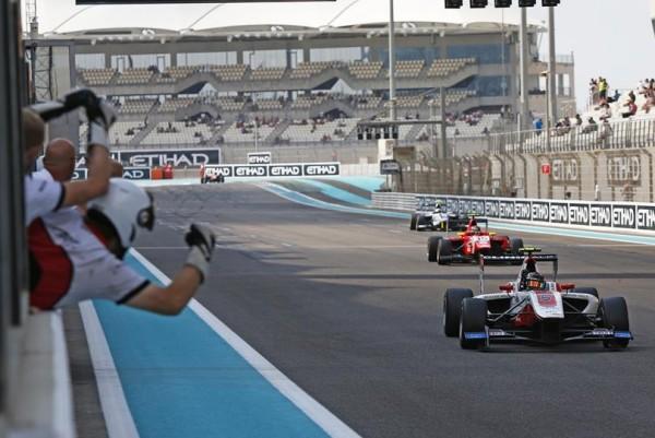 GP3 2015 YAS MARINA -Esteban OCON franchit la ligne en 3éme position de la derniére course et devient CHAMPION