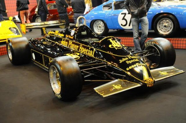 Rétromobile-2016-Robe-inoubliable-mais-jambes-des-pilotes-particuliérement-exposés-sur-cette-Lotus-F1-de-Nigel-MANSELL-Photo-Charles-Emme